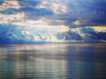 Schöner heller Sonnenaufgang im Ozean, die hellen Farben des Aufstands von Farben Stockbild