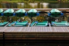 Schöner Herbst, Boote festgemacht an der Mietstation lizenzfreies stockbild