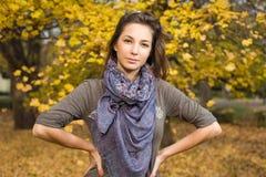 Schöner Herbst mit schönem Brunette. Lizenzfreie Stockfotos