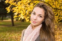 Schöner Herbst mit schönem Brunette. Stockfotografie