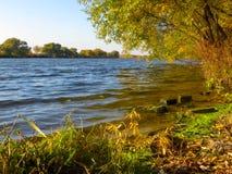 Schöner Herbstfluß am sonnigen Wetter Lizenzfreie Stockfotos