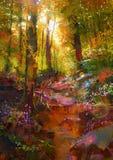 Schöner Herbstwald mit Sonnenlicht Stockbild