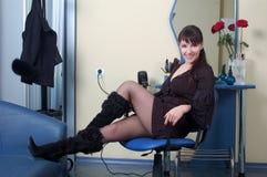 Schöner Herrenfriseur, der am Arbeitsplatz sich entspannt Stockfoto