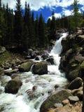 Schöner hetzender Wasserfall lizenzfreies stockfoto