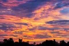 Schöner Himmel an der Dämmerung Stockbilder