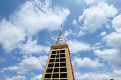 Schöner Himmel gegen schönen Tempel Stockfoto