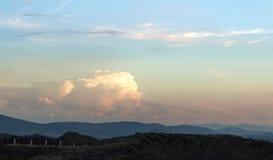 Schöner Himmel mit einer enormen Wolke stockfotografie