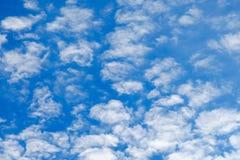 Schöner Himmel mit gelockten Wolken Dieses ist Datei des Formats EPS10 Lizenzfreie Stockfotos