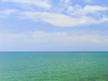Schöner Himmel mit Meer auf dem ruhigen Strand stockbilder