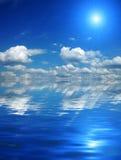 Schöner Himmel mit Solarlichtstrahlen in der Reflexion. Lizenzfreies Stockfoto
