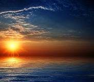 Schöner Himmel mit Solarlichtstrahlen in der Reflexion. Stockbild