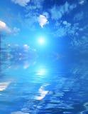 Schöner Himmel mit Solarlichtstrahlen in der Reflexion. Lizenzfreie Stockfotos