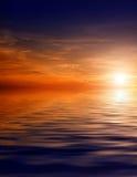 Schöner Himmel mit Solarlichtstrahlen in der Reflexion. Stockfoto
