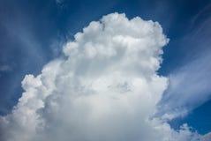 Schöner Himmel mit Wolkenhintergrund Stockbilder