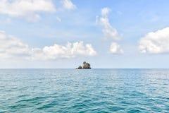 Schöner Himmel und nettes Meer mit einzelner Insel Stockfotos