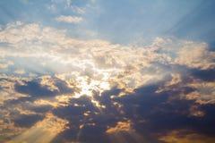 Schöner Hintergrund des bewölkten Himmels Lizenzfreie Stockfotos