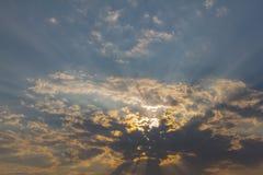 Schöner Hintergrund des bewölkten Himmels Stockfotografie