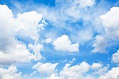 Schöner Hintergrund des blauen Himmels stockbilder