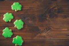 Schöner Hintergrund für St- Patrick` s Tag mit Kleelebkuchen Stockbilder