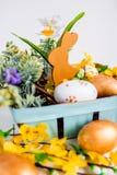 Schöner Hintergrund Kaninchen und Eier Stockfoto