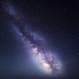 Schöner Hintergrund mit dem Bild der Tabelle Sternenklarer Himmel mit Milchstraße Feld des grünen Grases gegen einen blauen Himme Lizenzfreies Stockbild