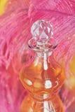 Schöner Hintergrund mit purpurroter Feder und Flasche von parfümiert stockfotos