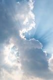 Schöner Hintergrundheller sonnenschein scheint durch Wolken, heller Strahl Stockfoto