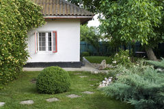 Schöner Hinterhof stockbild