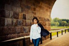 Schöner Hippie des jungen Mädchens geht Stockfoto