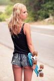Schöner Hippie des jungen Mädchens mit dem Skateboard fahren Stockbilder
