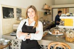 Schöner hispanischer Kaffeestubeinhaber stockfoto