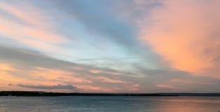 Schöner hochroter orange Sonnenuntergang auf der Ufergegend, Ansichten der Sonne Lizenzfreie Stockfotografie