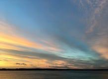 Schöner hochroter orange Sonnenuntergang auf der Ufergegend, Ansichten der Sonne Stockbild