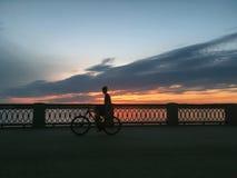 Schöner hochroter orange Sonnenuntergang auf der Ufergegend, Ansichten der Sonne vom Geländer Lizenzfreies Stockbild