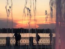 Schöner hochroter orange Sonnenuntergang auf der Ufergegend, Ansichten der Sonne vom Geländer Stockfoto