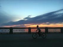Schöner hochroter orange Sonnenuntergang auf der Ufergegend, Ansichten der Sonne vom Geländer Stockfotos
