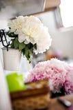 Schöner Hochzeitsblumenstrauß auf der Wand Stockbilder