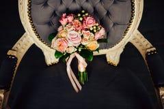 Schöner Hochzeitsblumenstrauß auf einem Weinlesestuhl Stockfotografie