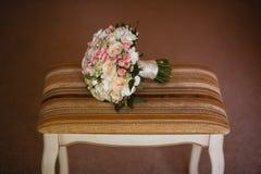 Schöner Hochzeitsblumenstrauß auf einem Weinlesestuhl Stockfotos