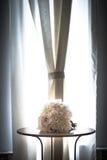 Schöner Hochzeitsblumenstrauß auf einer Tabelle Stockbild