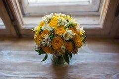 Schöner Hochzeitsblumenstrauß auf Fensterbretthintergrund Lizenzfreies Stockfoto