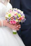 Schöner Hochzeitsblumenstrauß in den Bräuten Stockbild