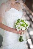 Schöner Hochzeitsblumenstrauß in den Händen Lizenzfreie Stockfotos