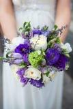 Schöner Hochzeitsblumenstrauß in den Händen der Braut Lizenzfreie Stockfotos