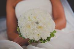Schöner Hochzeitsblumenstrauß in den Händen der Braut Lizenzfreie Stockfotografie