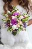 Schöner Hochzeitsblumenstrauß in den Händen der Braut Lizenzfreies Stockbild