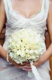 Schöner Hochzeitsblumenstrauß in den Händen der Braut fokus Stockfoto