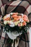 Schöner Hochzeitsblumenstrauß in den Händen der Braut im Winter Stockfotografie