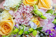 Schöner Hochzeitsblumenstrauß in den leichten Tönen Stockbilder