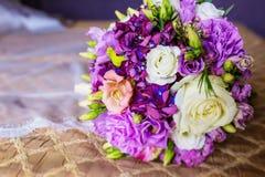 Schöner Hochzeitsblumenstrauß in den leichten Tönen Lizenzfreie Stockfotos